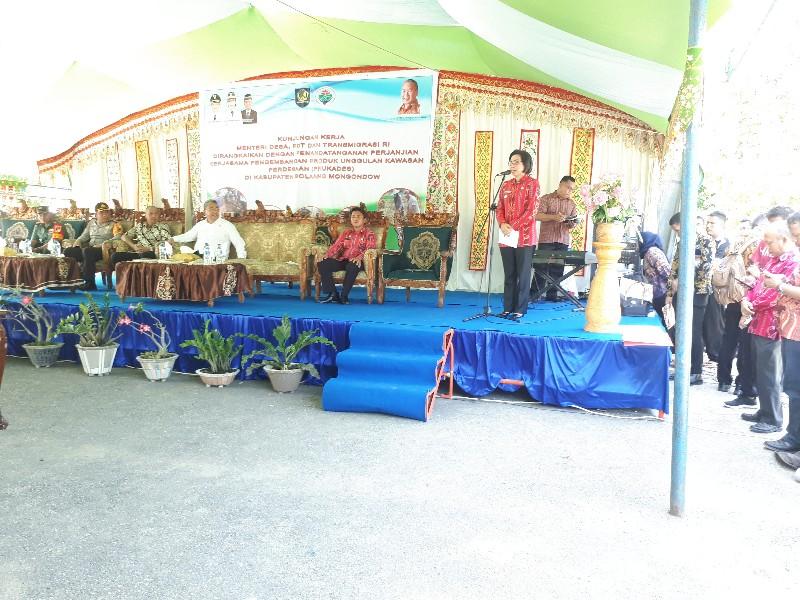 Kunjungi Bolmong, Mendes Serahkan Bantuan Ke Bumdes 50 Juta
