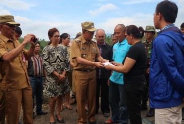Bupati ROR Datangi Korban Kebakaran di Desa Koha, Bupati Serahkan Bantuan