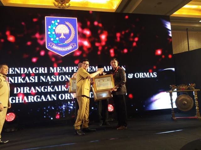 Gubernur Olly Terima Penghargaan dari Mendagri atas Keberhasilan Membina Ormas