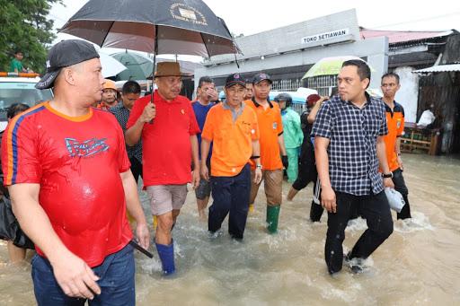 Turung Langsun ke Lokasi, Gubernur Olly Dondokambey Tinjau Banjir Manado