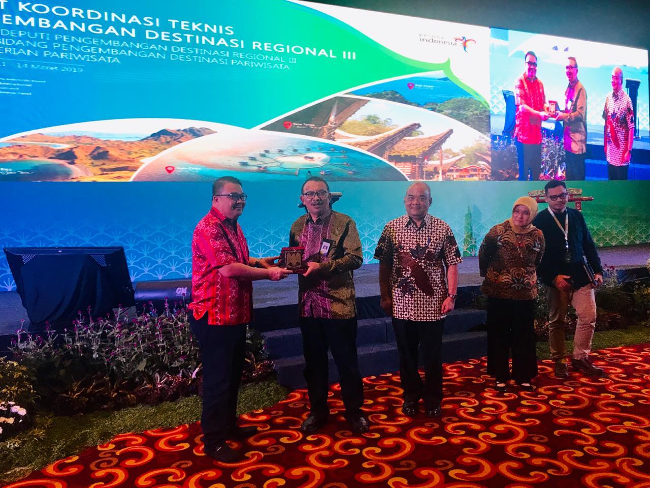 Hadiri Rakortek Pariwisata, Tumondo Serahkan Plaket Manguni Buat Wagub Yogyakarta