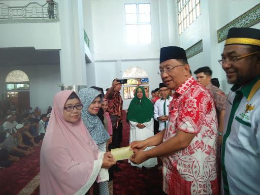 Bersama Baznas, Sekprov Silangen Bagikan 2000 Paket Ramadhan untuk Mustahik