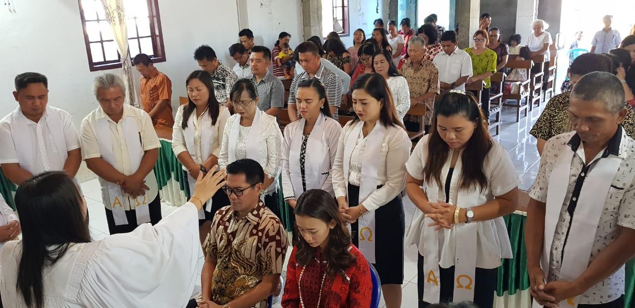 Di Ibadah Syukuran, JG dan Istri Didoakan Pendeta dan Jemaat GMIM Patmos Kaleosan
