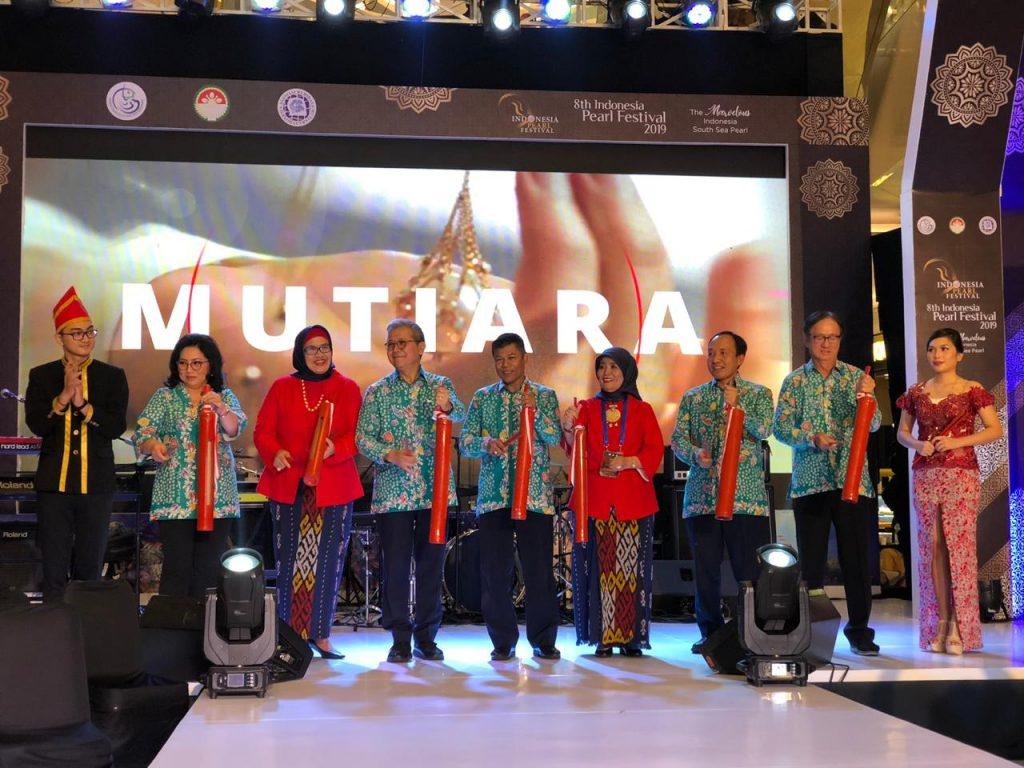 Di Indonesian Pearl Festival 2019, Ketua PKK Nyonya Rita Tamuntuan Promosikan Mutiara Sulut