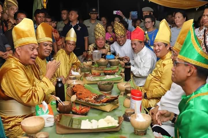 Menyatu dengan Kearifan Lokal, OD-SK Enjoy Kenakan Gaun Kuning di Upacara Adat Tulude