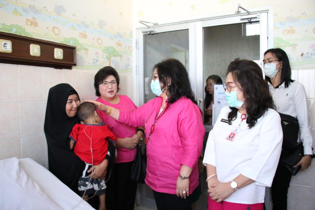 Gubernur Olly Angkut Balita Penderita Leukimia Asal Konawe Berobat di Manado