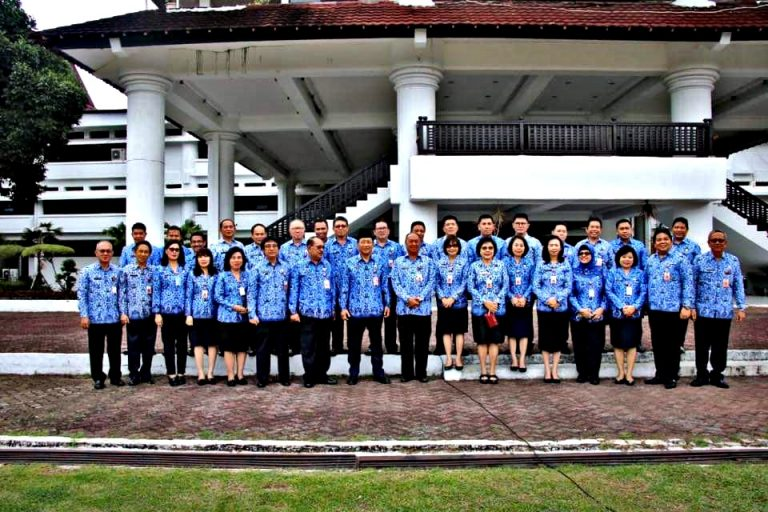 Patut Ditiru, Pejabat Pemprov Sulut Pakai Dana Pribadi Beli Sembako Disumbang ke Warga