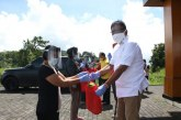 Di Desa Kinali, Gubernur Olly Salurkan 100 Paket Sembako ke Warga Terdampak Covid-19