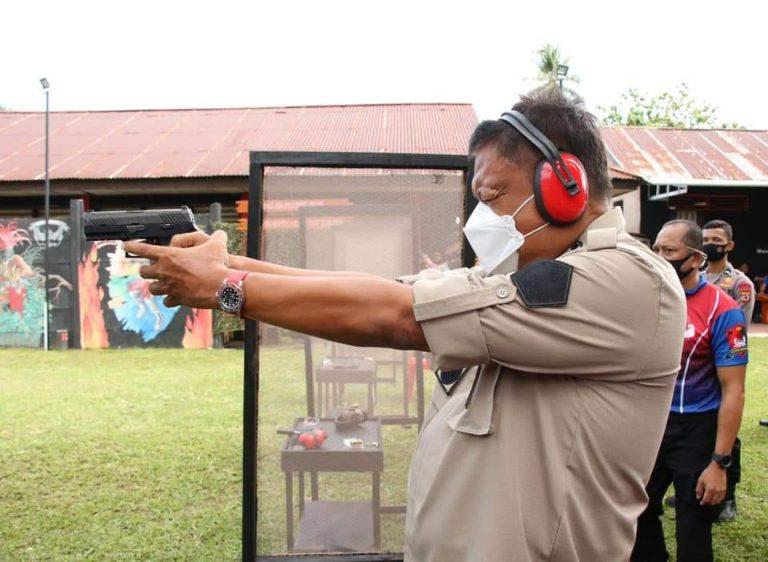 Peringati Hari Bhayangkara ke-74, Gubernur Olly Latihan Tembak di Markas Brimob