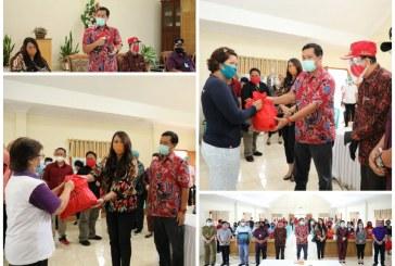 Wagub Kandouw dan Dokter Devi Salurkan Bansos Covid-19 di Minahasa, Ajak Masyarakat Siap Hadapi Era Baru